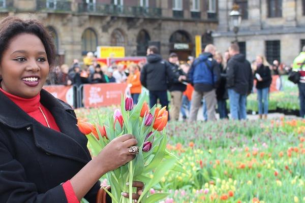 Над 200 000 цветя бяха раздадени на всички желаещи в Амстердам